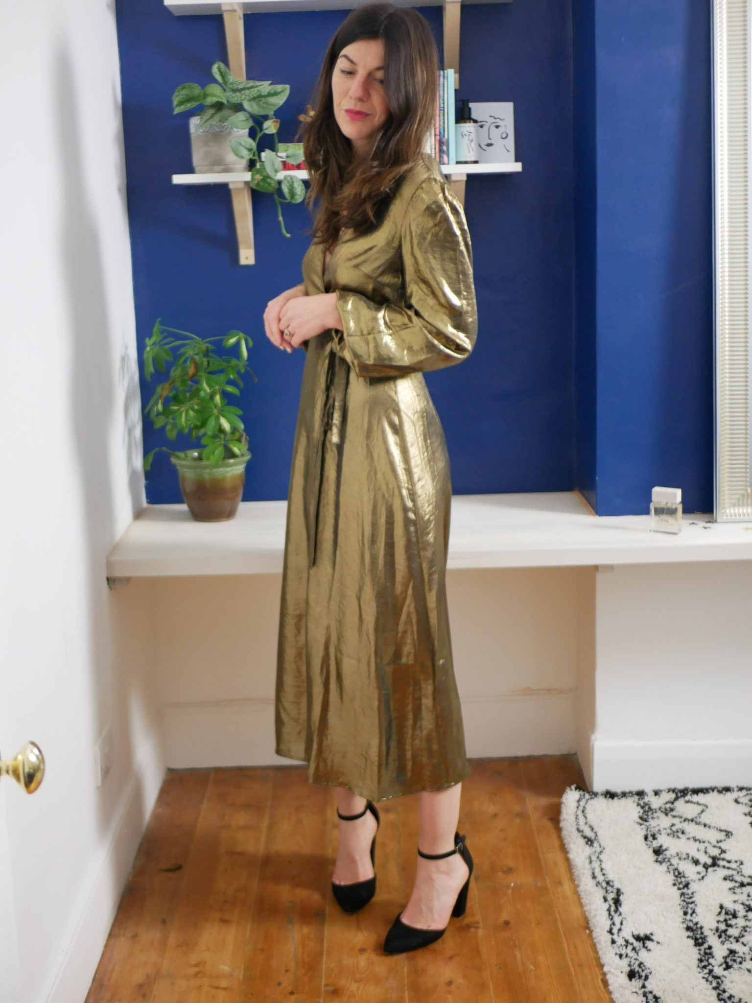 "<a href= ""https://www.endource.com/product/and-other-stories-metallic-satin-midi-dress/W8EszUzt_QABUv1x""><u>Metallic Midi Dress: & Other Stories</a></u>"